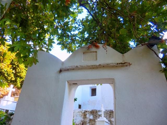 Ο Άγιος Χαράλαμπος και το κοιμητήριο στη Χίλια Βρύση
