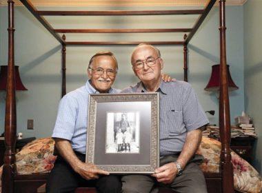 Ο Μιχάλης Χριστάκης (αριστερά) με τον αδελφό του Λεωνίδα κρατώντας μια φωτογραφία από τα παιδικά τους χρόνια στη Χίο. Σκόπευαν να μείνουν για λίγο στις ΗΠΑ. Είναι εκεί ήδη 50 χρόνια