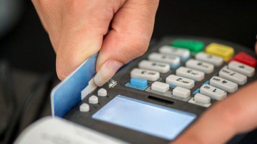 POS παντού και μείωση του ορίου στις συναλλαγές με μετρητά