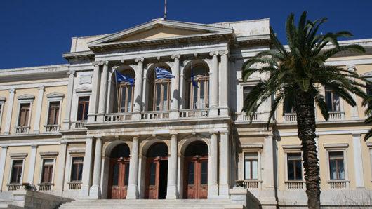 Σύρος: Συνοδεία της Φιλαρμονικής, η έπαρση της ελληνικής σημαίας (video)