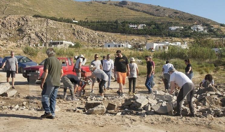 Πάρος: Δήμαρχος και Αντιπολίτευση γκρεμίζουν αυθαίρετη κατασκευή