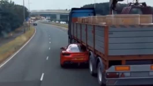 Επική διαφυγή από περιπολικό με Ferrari