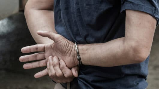 Νάξος: Σύλληψη 30χρονου που είχε τα σκυλιά του μέσα στη βρωμιά