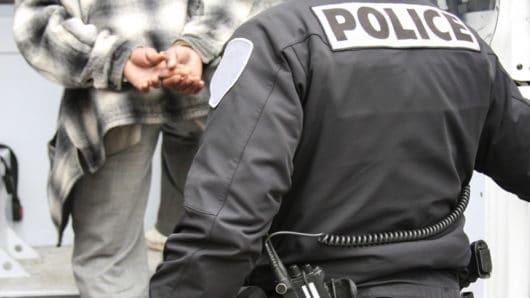 Σύλληψη 32χρονου αλλοδαπού στη Σύρο για κλοπή και ναρκωτικά