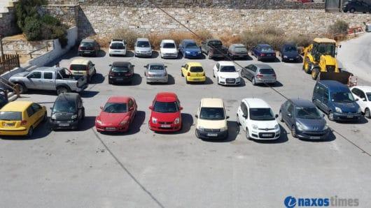 Εργασίες διαγράμμισης σε πάρκινγκ της Νάξου – Την απομάκρυνση των οχημάτων ζητά ο δήμος