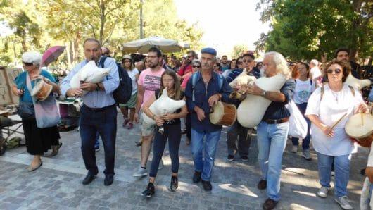 Ξεχωριστή ζωντάνια και παλμός στην Αθήνα με τσαμπούνες και τουμπάκια