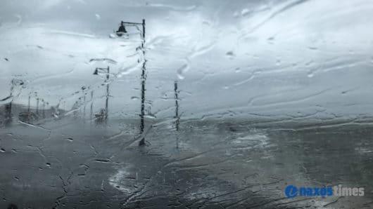 VIDEO: Χαλάζι και έντονη βροχόπτωση στη Νάξο – Ο χιονιάς συνεχίζεται και αύριο