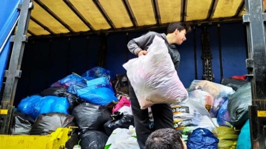 Σχεδόν 4 τόνους μεταχειρισμένα ρούχα και παπούτσια ανακύκλωσαν οι Συριανοί