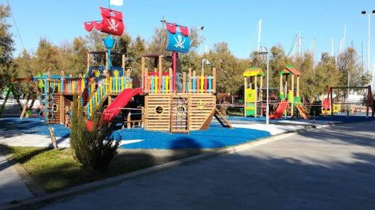 Ανοίγουν τις πόρτες τους δύο παιδικές χαρές στη Σύρο