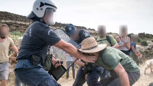 επεισόδια μεταξύ αστυνομικών δυνάμεων και πολιτών της Τήνου