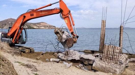 Επιτέλους «ξηλώθηκε» το κτίσμα – έκτρωμα στην παραλία της Λαγκούνας