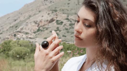 Στη Σύρο φτιάχνουν κοσμήματα από καφέ