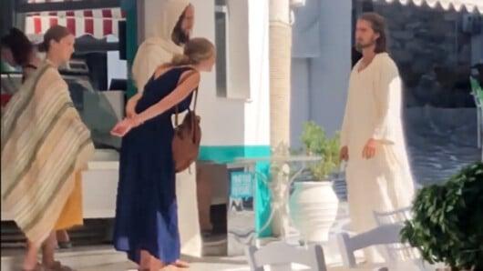 Τουρίστας ντυμένος ως «Ιησούς Χριστός» και οι συνοδοί του βολτάρουν στη Νάξο (video)