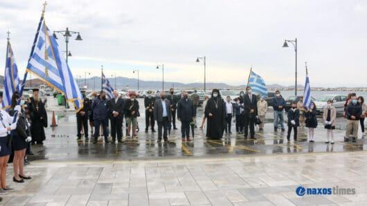 Υπό βροχή, χωρίς παρέλαση και με λιγοστό κόσμο ο εορτασμός της 28ης Οκτωβρίου στη Νάξο (video+φώτος)