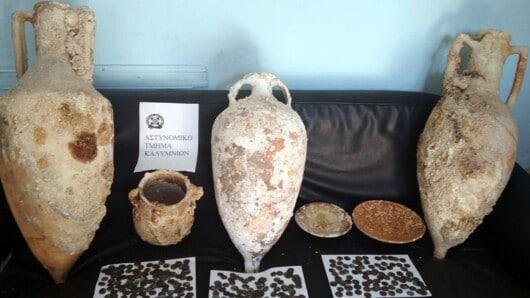 Κάλυμνος: Συνελήφθη αρχαιοκάπηλος με πήλινα αντικείμενα και χάλκινα νομίσματα