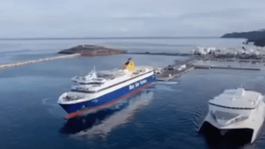 VIDEO: Το Blue Star Naxos έρχεται …το Caldera Vista φεύγει από το έρημο λιμάνι της Νάξου