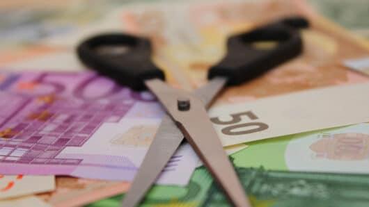 Προϋπολογισμός 2021: Μειωμένες οι κρατικές επιχορηγήσεις προς τους ΟΤΑ