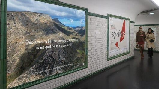 Αφίσες με ελληνικά τοπία που κινδυνεύουν από αιολικούς σταθμούς στο Μετρό του Παρισιού