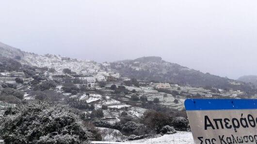 Χιόνια στην ορεινή Νάξο – Με αντιολισθητικές αλυσίδες η κίνηση (video+φώτος)