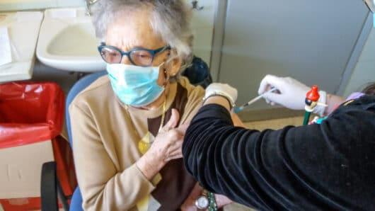 92χρονη Ναξιώτισσα εμβολιάστηκε κατά του κορωνοϊού – Δείτε τι λέει