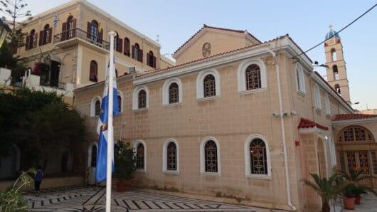 Η σημαία της Επανάστασης του 1821 στον Μητροπολιτικό Ναό της Μεταμόρφωσης του Σωτήρος στην Ερμούπολη
