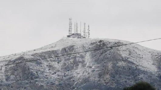 Ντυμένες στα λευκά «ξύπνησαν» οι κορυφές της Πάρου
