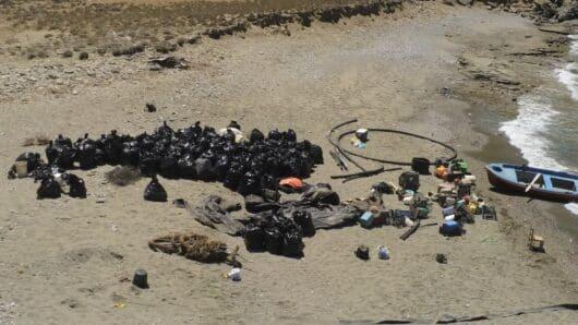 70 (!) σακούλες απορριμμάτων γέμισε το «Αμοργόραμα» από την παραλία των Αγίων Σαράντα