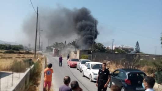 Νάξος: Φωτιά σε κτήριο – Κάηκε ένα αμάξι (video)