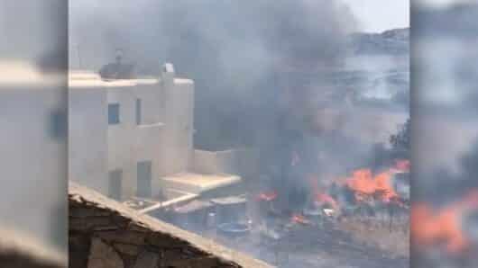 Φωτιά στη Μύκονο: Οι φλόγες έφτασαν σε αυλή βίλας (video)