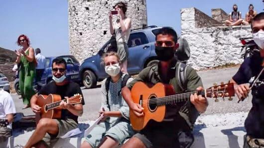 VIDEO – Αμοργός: Με μια μαντινάδα αντιδρούν οι μουσικοί του νησιού στην απαγόρευση ζωντανής μουσικής