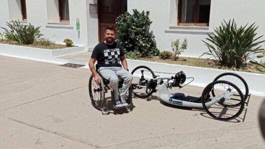 Καινούριο handbike δώρισε στον Νίκο Ρούσσο ο Πάνος Ξενοκώστας