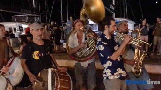VIDEO: Πλανόδιοι μουσικοί ξεσηκώνουν την κατάμεστη από κόσμο παραλία της Νάξου