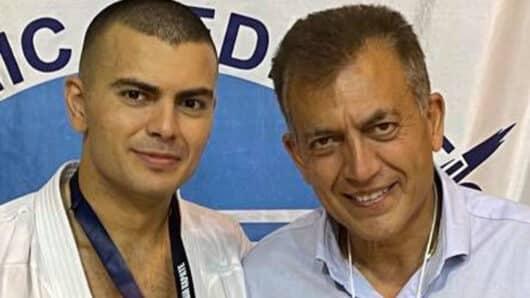 «Χρυσός» στο Πανελλήνιο Πρωτάθλημα Καράτε ο Βασίλης Βρούτσης – «Περήφανος πατέρας» ο Κοινοβουλευτικός Εκπρόσωπος της ΝΔ