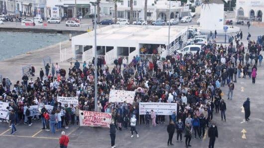 Πάρος – Σύμπτυξη σχολικών τμημάτων: Κινητοποιήσεις με διαμαρτυρία στο λιμάνι της Παροικίας